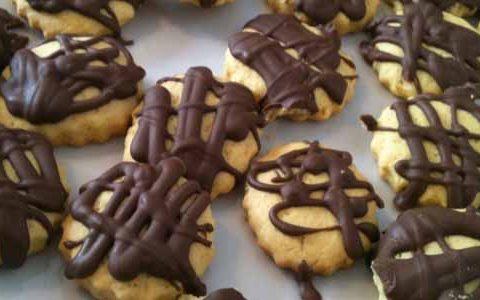 Biscotti friabili ricoperti di cioccolato