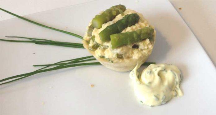 Cestini agli asparagi e uova con maionese aromatica