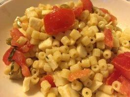 Insalata di pasta con pesto di olive pomodori e mozzarella