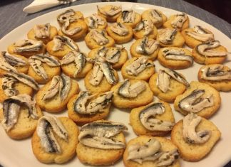 Crostini con alici marinate