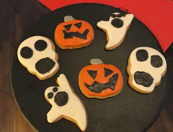 Biscotti all'arancia decorati di Halloween